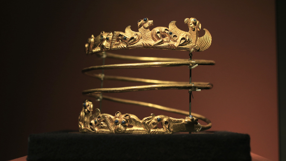 A spiraling torque from the second century A.D. is displayed as part of the exhibit called The Crimea - Gold and Secrets of the Black Sea in 2014 at Allard Pierson historical museum in Amsterdam. (AP)