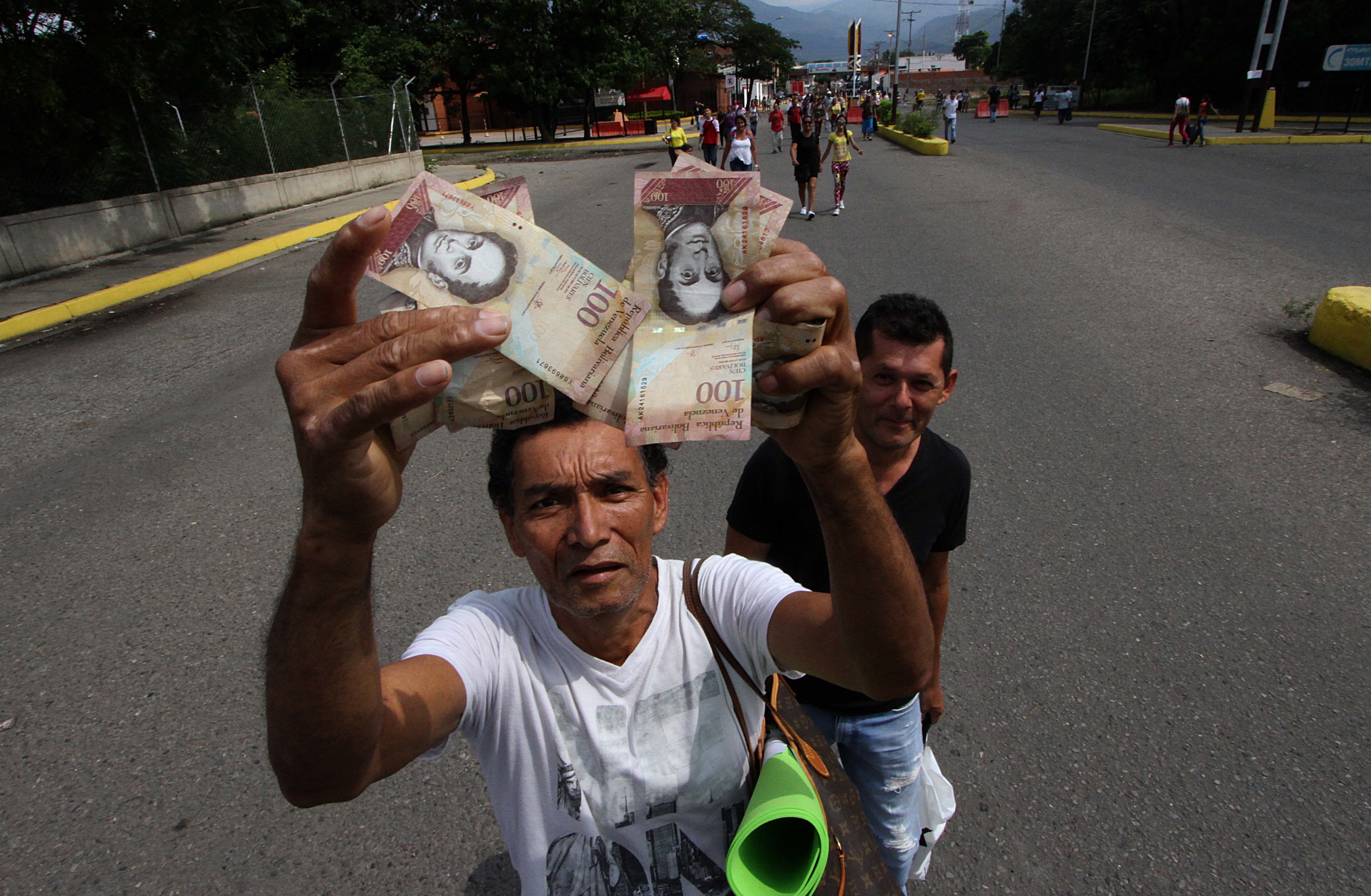 After Outbreak Of Looting, Venezuela Delays Phase-Out Of Large Currency