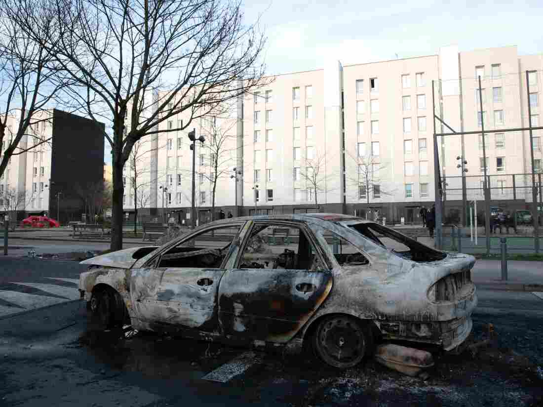 Gangs of French youth clash with police in Paris suburb