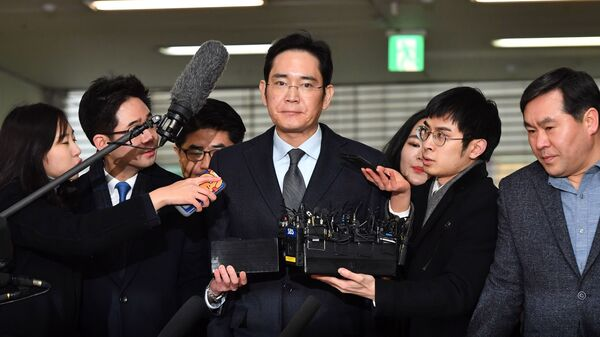 Lee Jae-yong (center), vice chairman of Samsung Electronics, arrives Monday for questioning as a suspect in the corruption scandal that led to the impeachment of South Korea
