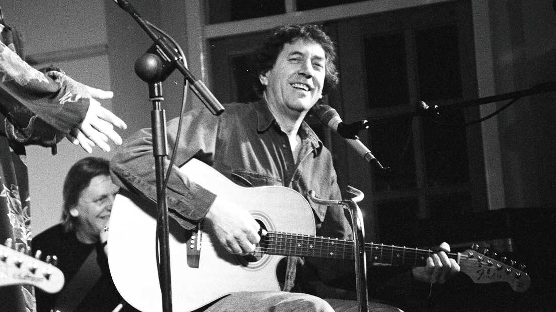 Hear An Unreleased Bert Jansch And Johnny Marr Song, 'It Don't Bother Me'