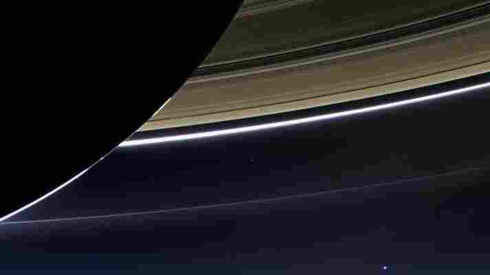 Cassini Spacecraft Re-Establishes Contact After 'Dive' Between Saturn And Its Rings