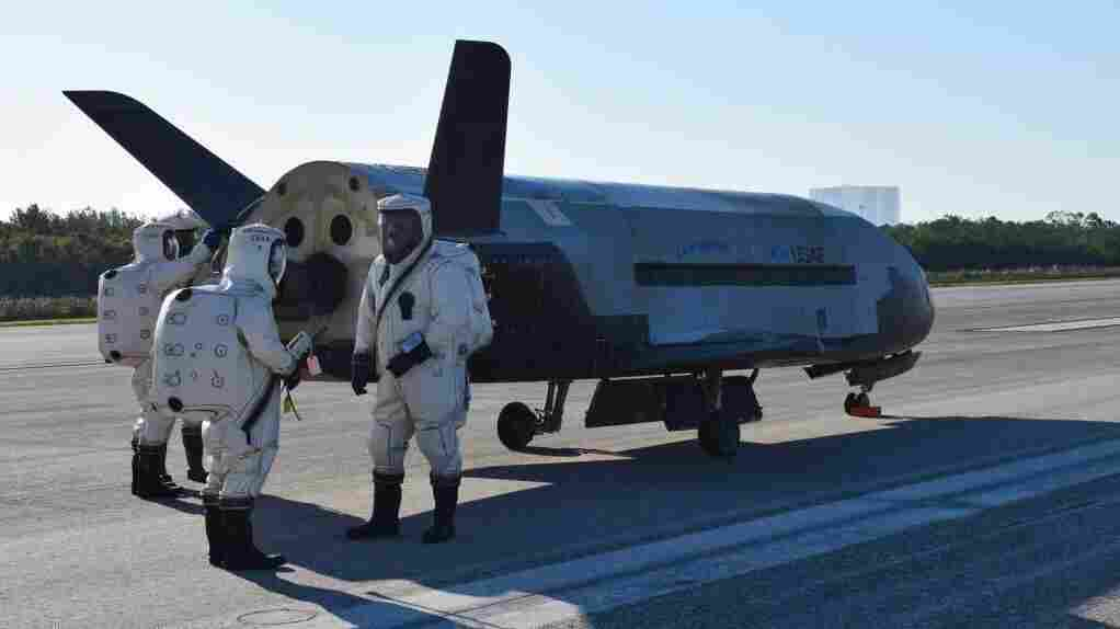 Air Force's mysterious space plane lands, wakes up Florida