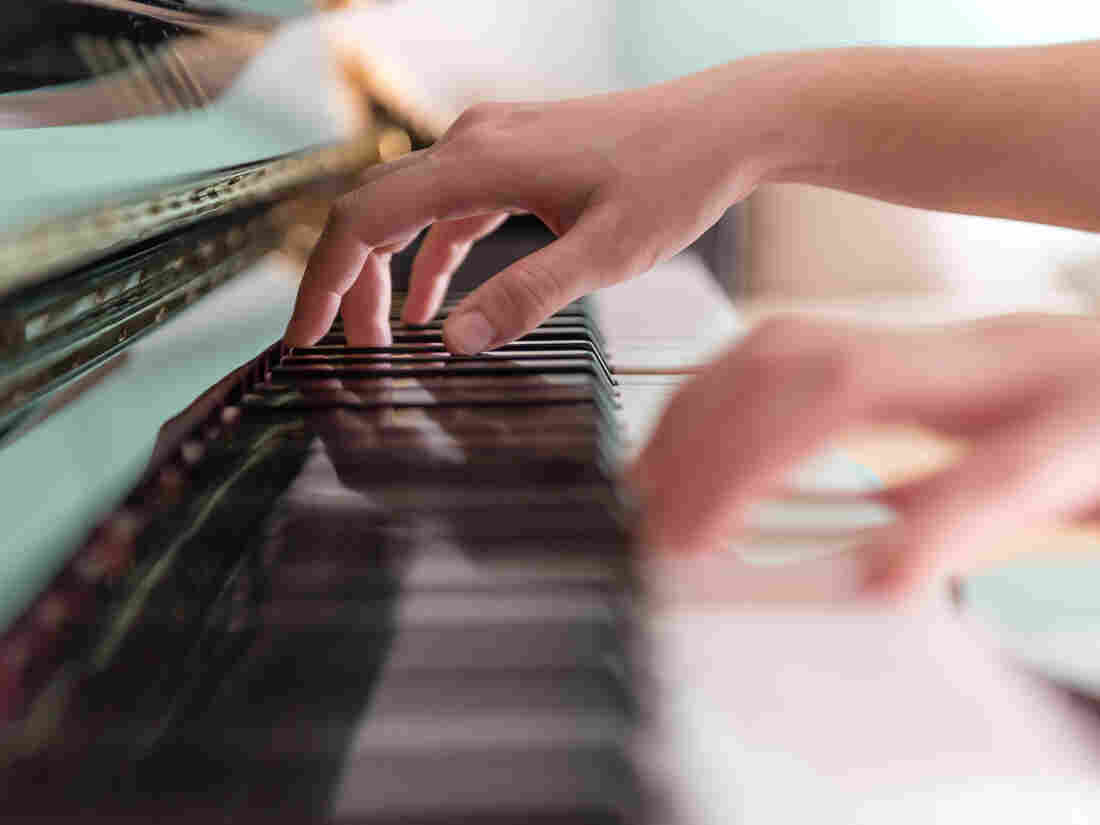 New video research shows that the eyes of novices and experts track differently when playing piano.