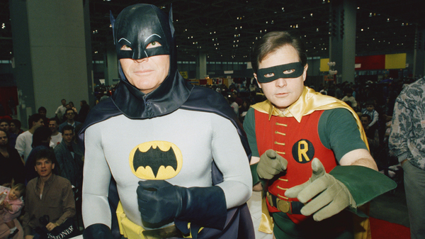 """Actors Adam West (L)and Burt Ward dressed as their characters (Zappp!) """"Batman"""" and (Powww!) """"Robin,"""" on Jan. 27, 1989 at the """"World of Wheels"""" custom car show in Chicago."""