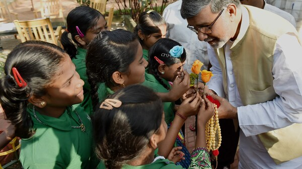 Kailash Satyarthi receives flowers from school children in Bangalore.