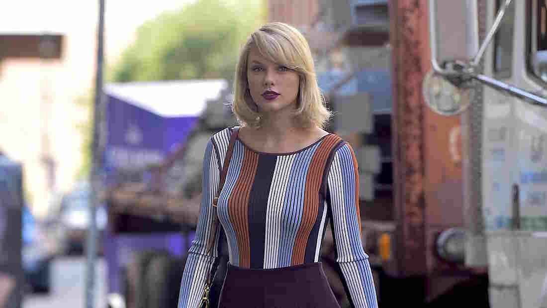 Taylor Swift gives evidence in court in groping case