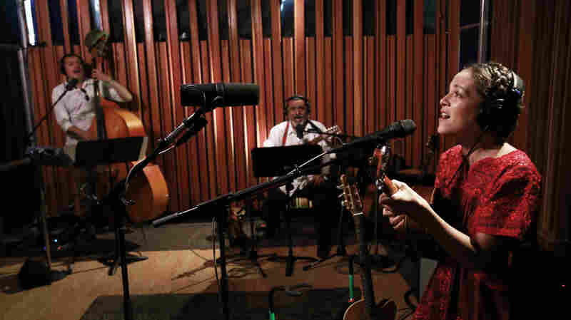 Watch Natalia Lafourcade Perform 'Tú Sí Sabes Quererme' Live In The Studio