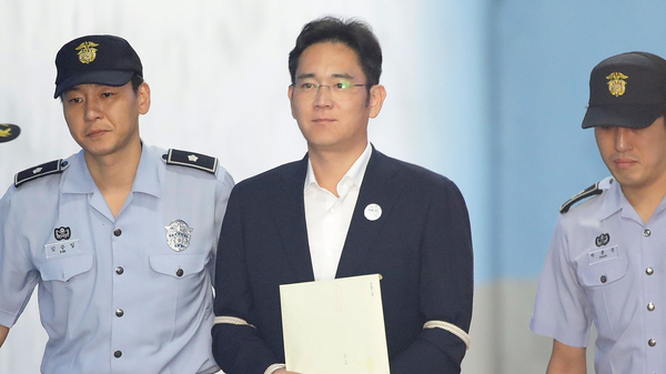 Samsung Group heir Lee Jae-yong arrives at Seoul Central District Court on Friday.