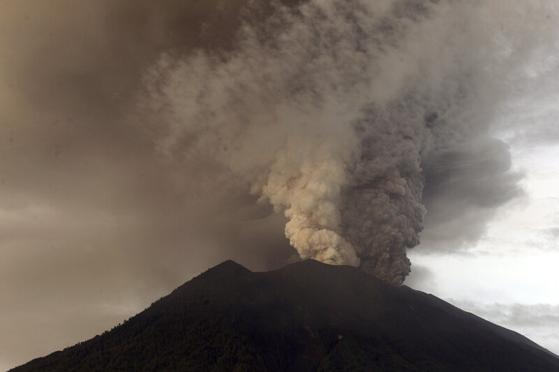 Indonesia Tries To Evacuate 100 000 People Away From Erupting