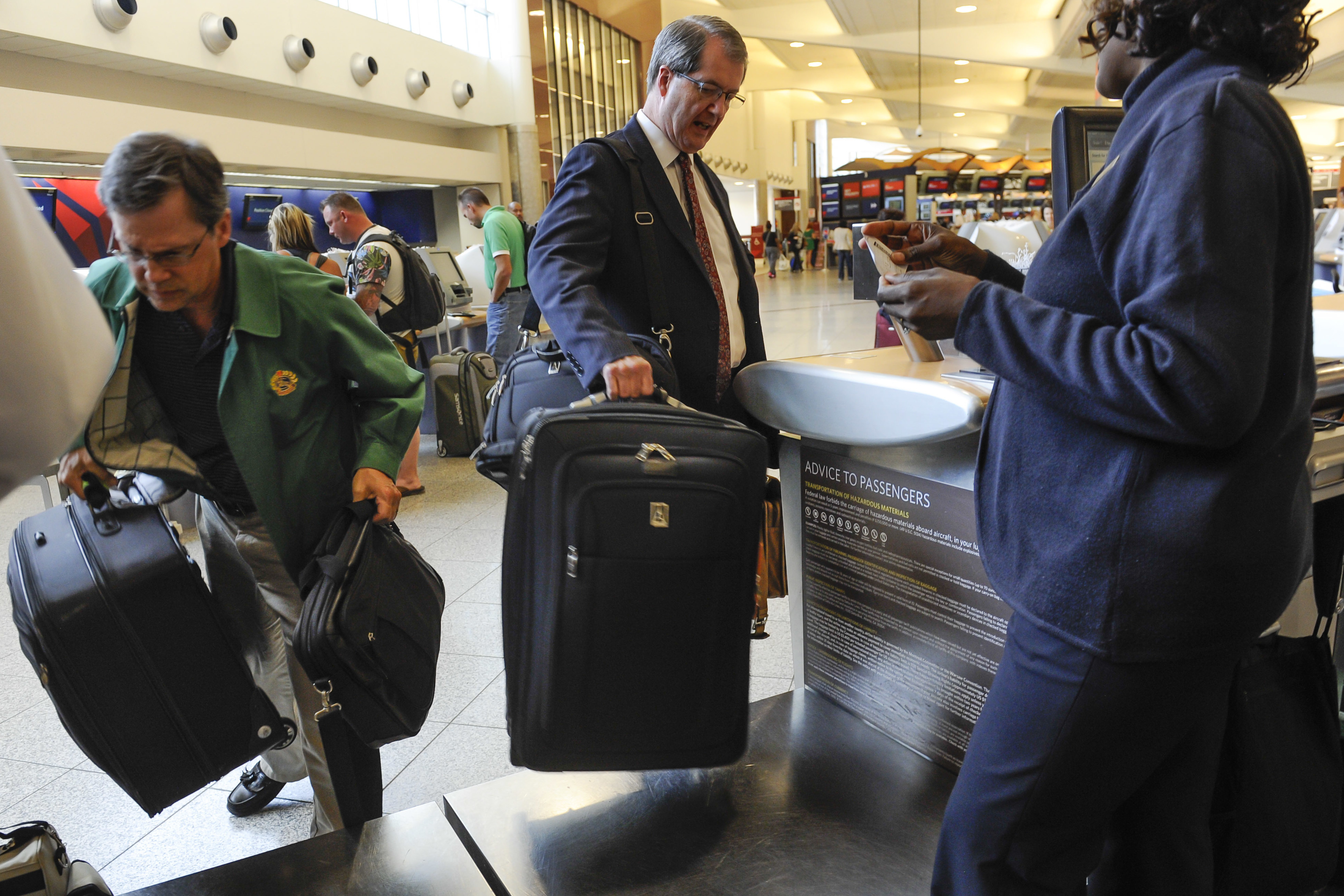 DOT drops move to force airlines to disclose bag fees