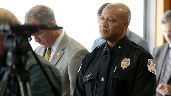 Le chef de la police de Charlottesville, Alfred Thomas, écoute le début de ce mois en tant que rapport indépendant sur la violence lors d'un rassemblement de la suprématie blanche qui est lu lors d'une conférence de presse. Thomas a annoncé sa retraite lundi