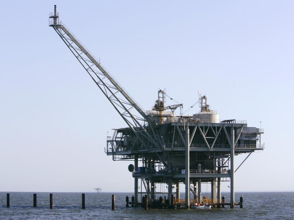 A natural gas platform off the coast of Fort Morgan, Ala., in 2007. (Rob Carr/AP)