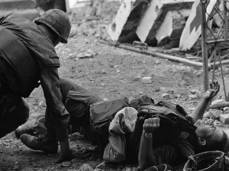 scènes de combats Vietnam-hue-wounded-soldier-1ffdb15561eb5c42cca41da6ede4686267eb5073-s800-c85