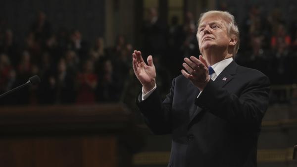 Le Président Trump applaudit son premier discours sur l'état de l'Union à la Chambre de la Chambre du Capitole des États-Unis lors d'une session conjointe du Congrès mardi.