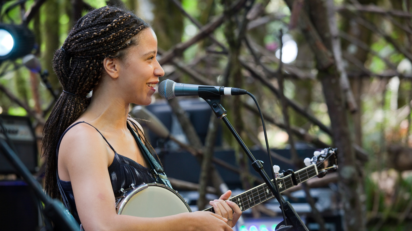 """Watch Kaia Kater Perform """"Everything Is Free"""" Live At Pickathon 2017"""