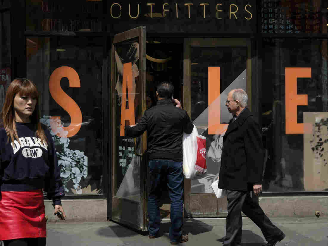 US Economy Slows in First Quarter as Consumer Spending Drops