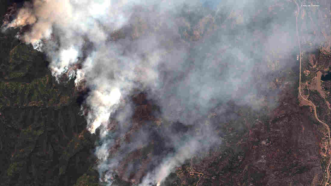 Colorado wildfire threatens 1,300 homes, ski resorts