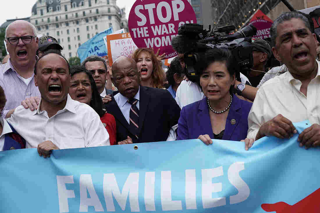 Trump signs order to stop family separation, detain families together