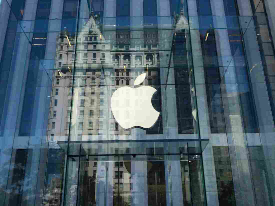 Apple hits historic $1-trillion stock market valuation
