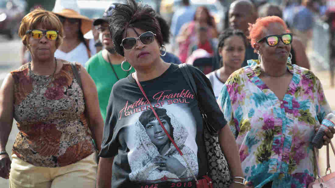 Aretha Franklin fans gather at public viewing