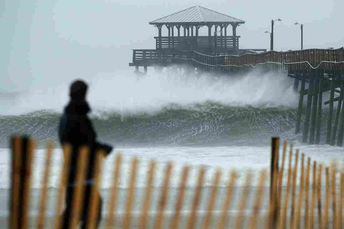 USA  coast battered by wind, rain as Hurricane Florence closes in