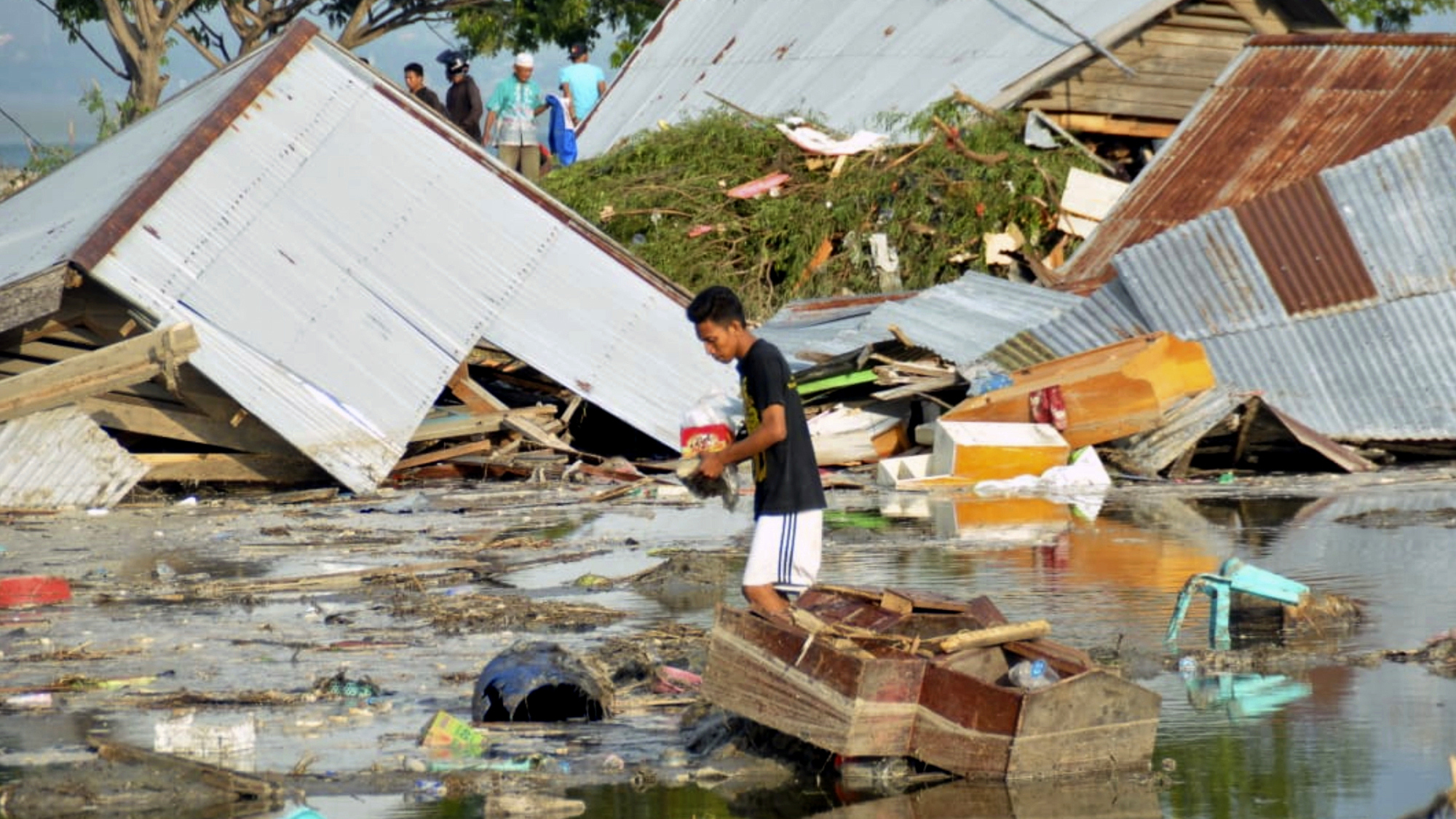 Indonesia tsunami sweeps away buildings