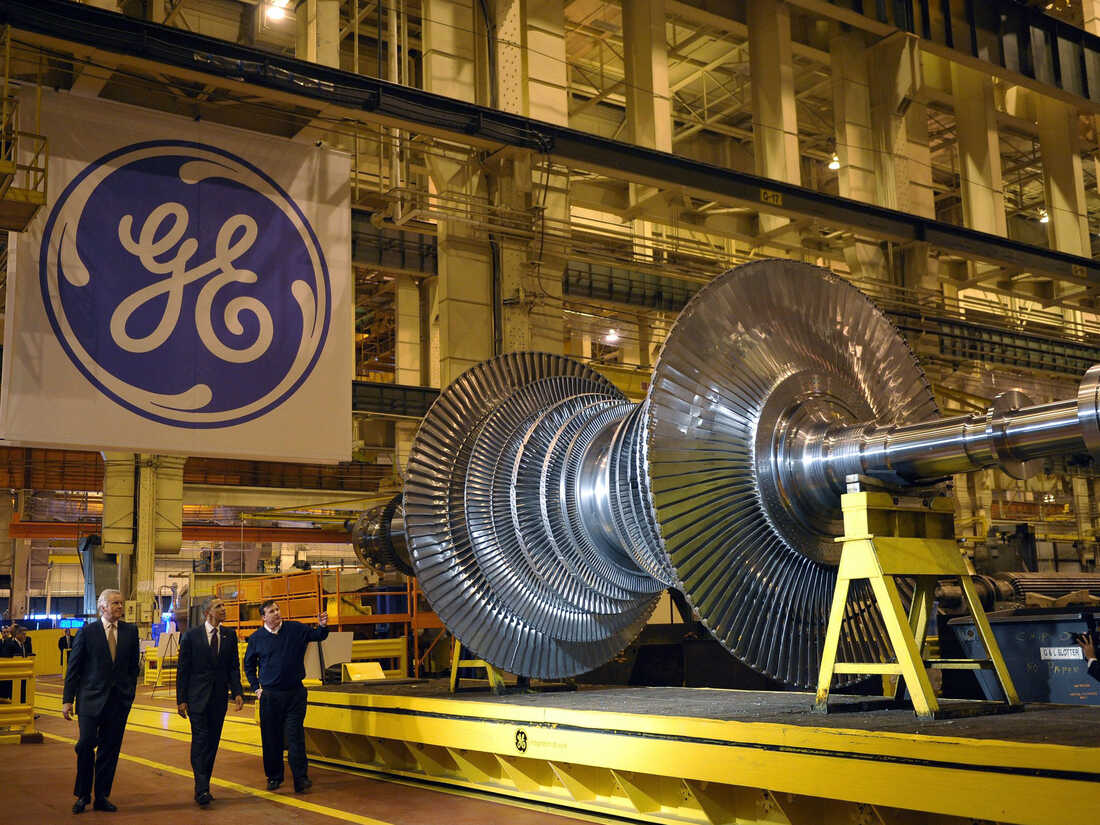 President Barack Obama looks at a turbine during a tour in 2011 of the General Electric plant in Schenectady, N.Y., with then GE Chairman and CEO Jeffrey Immelt (left) and plant manager Kevin Sharkey.
