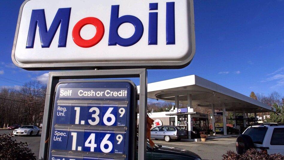 A Mobil gas station in Haverhill, Mass. in 1999. (Steven Senne/AP)