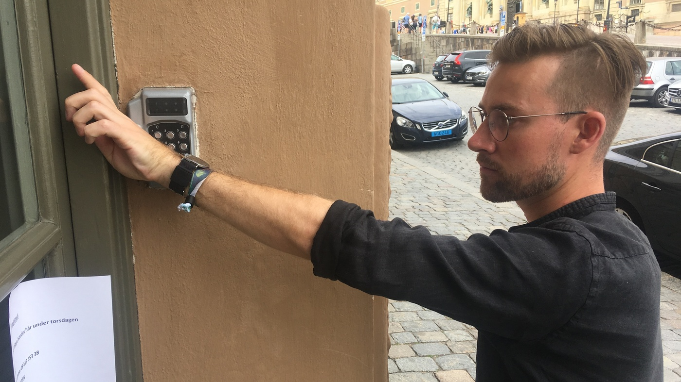 Thousands Of Swedes Are Inserting Microchips Under Their