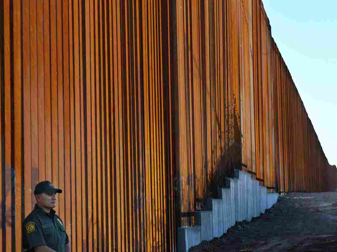 Trump plans 'tent cities' at US-Mexico border