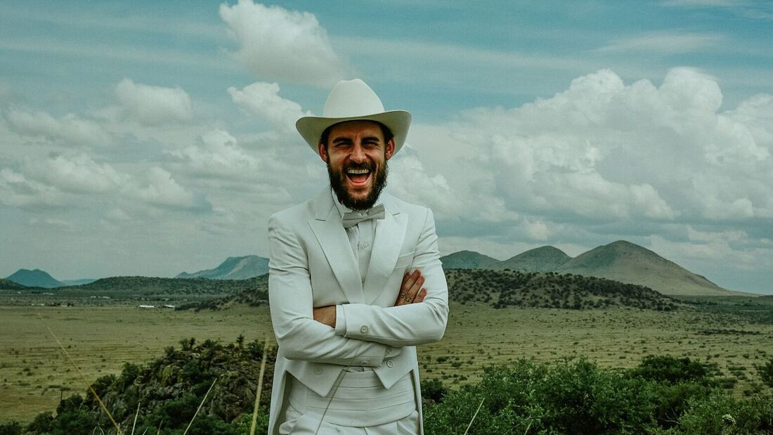 Robert Ellis Proclaims Himself 'Texas Piano Man,' Shares Ode To Reckless Love