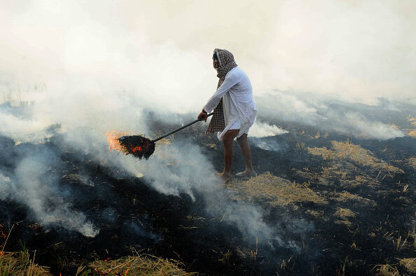 clouds of smoke from burning rice stalks add to india s awful air