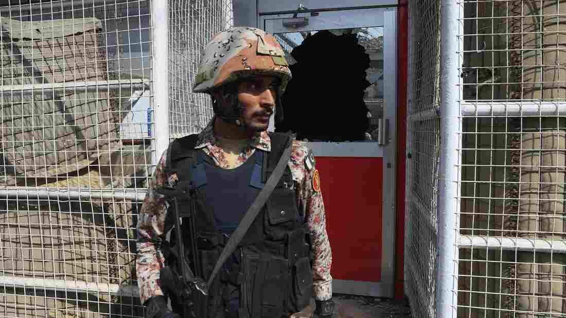 Dead in Separate Attacks on Chinese Consulate, Crowd in Pakistan