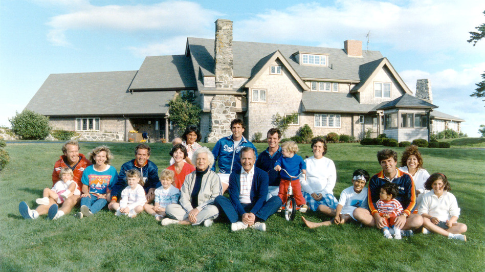 A portrait of former President George H.W. Bush and his family in front of their Kennebunkport, Maine, home in 1986. (Newsmakers/Getty Images)