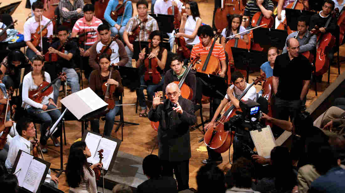 José Antonio Abreu speaks to the young musicians of his orchestra in Caracas on 2009.