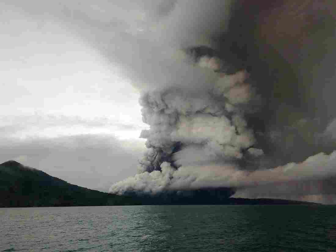 Indonesia tsunami: Flights rerouted as Anak Krakatau volcano continues to erupt