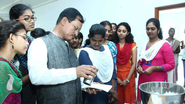 Arunachalam Muruganantham speaks with students about his menstruation pad machine.