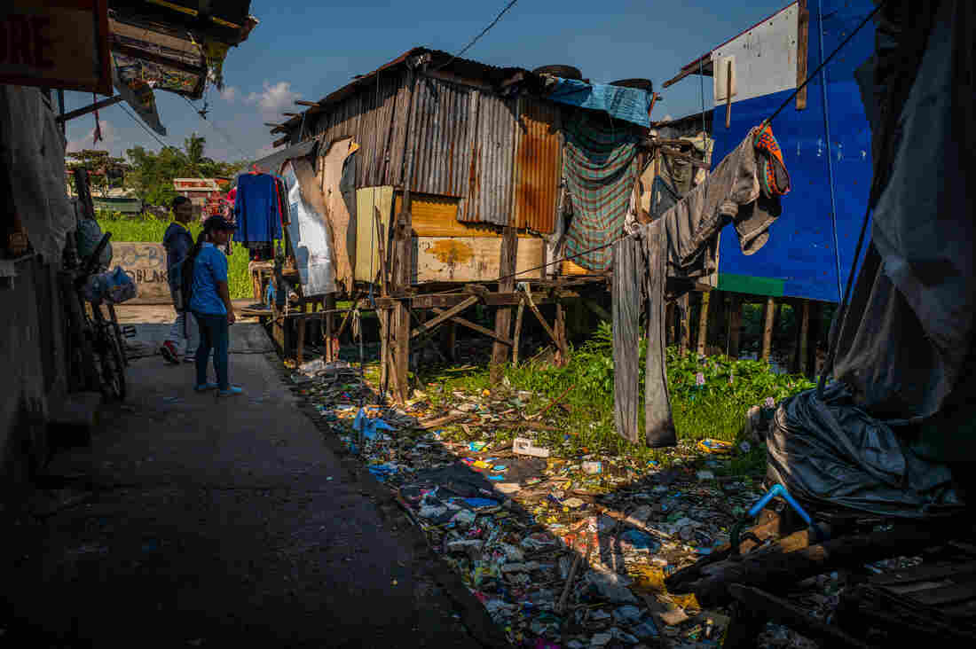 plastic-garbage-waste-community-philippines