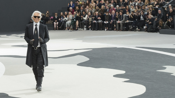 Karl Lagerfeld acknowledges applause following a Chanel show in Paris in 2013.