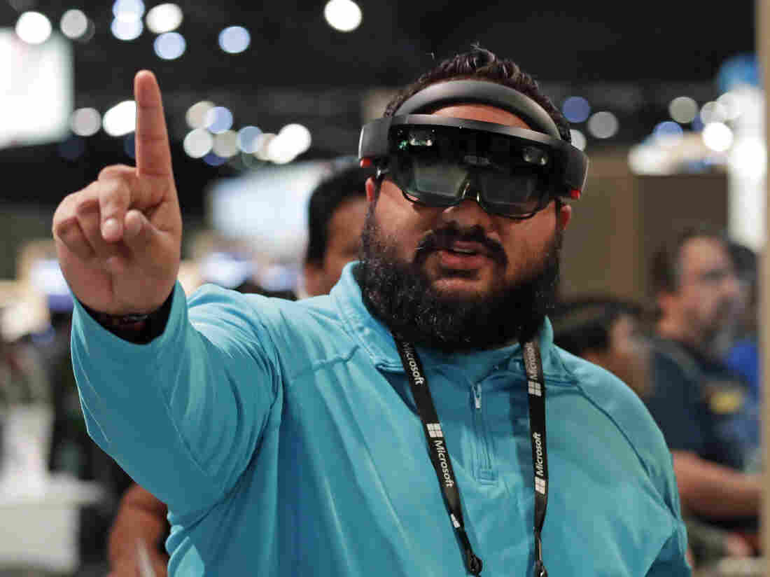 Microsoft employee group calls for cancellation of Army HoloLens contr