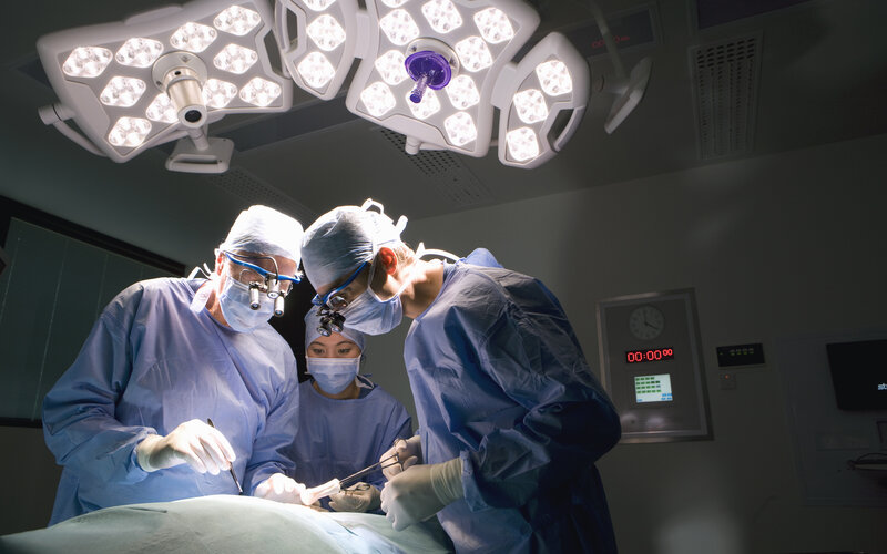Safety questions about double-booked surgeons for high-risk patients