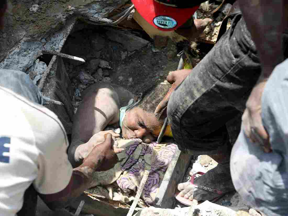 Dozens including School Children Killed after Building Housing School Collapsed in Lagos
