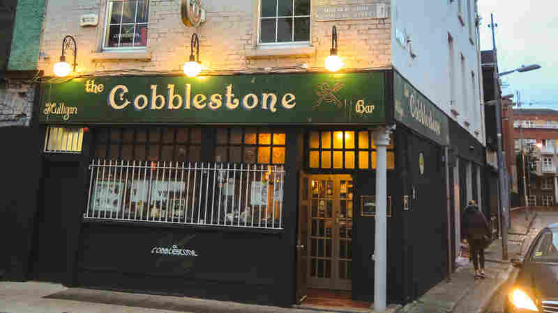 Popping In For a Pint And Tune At The Cobblestone In Dublin