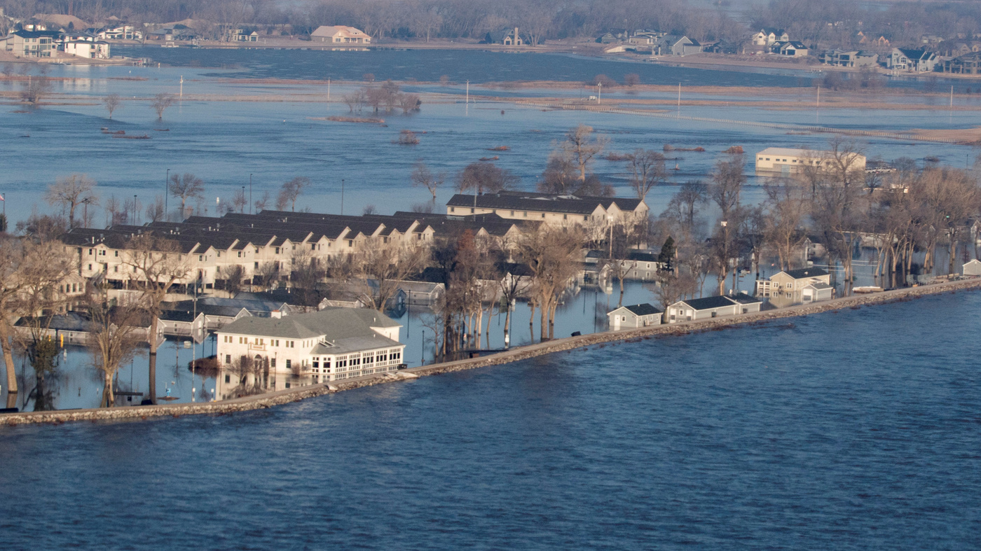 Midwest Flooding: 2 Dead As Waters Breach Levees Along