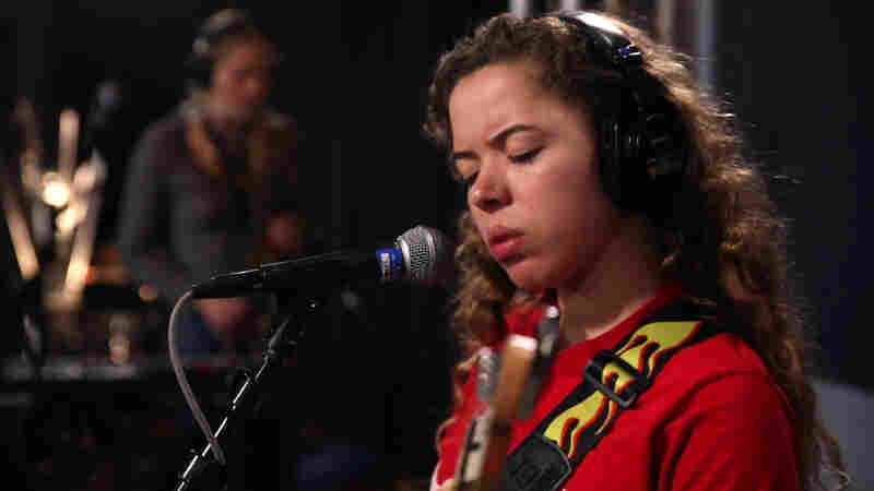 Nilüfer Yanya Shows Off Catchy Melodies And A Stunning Voice