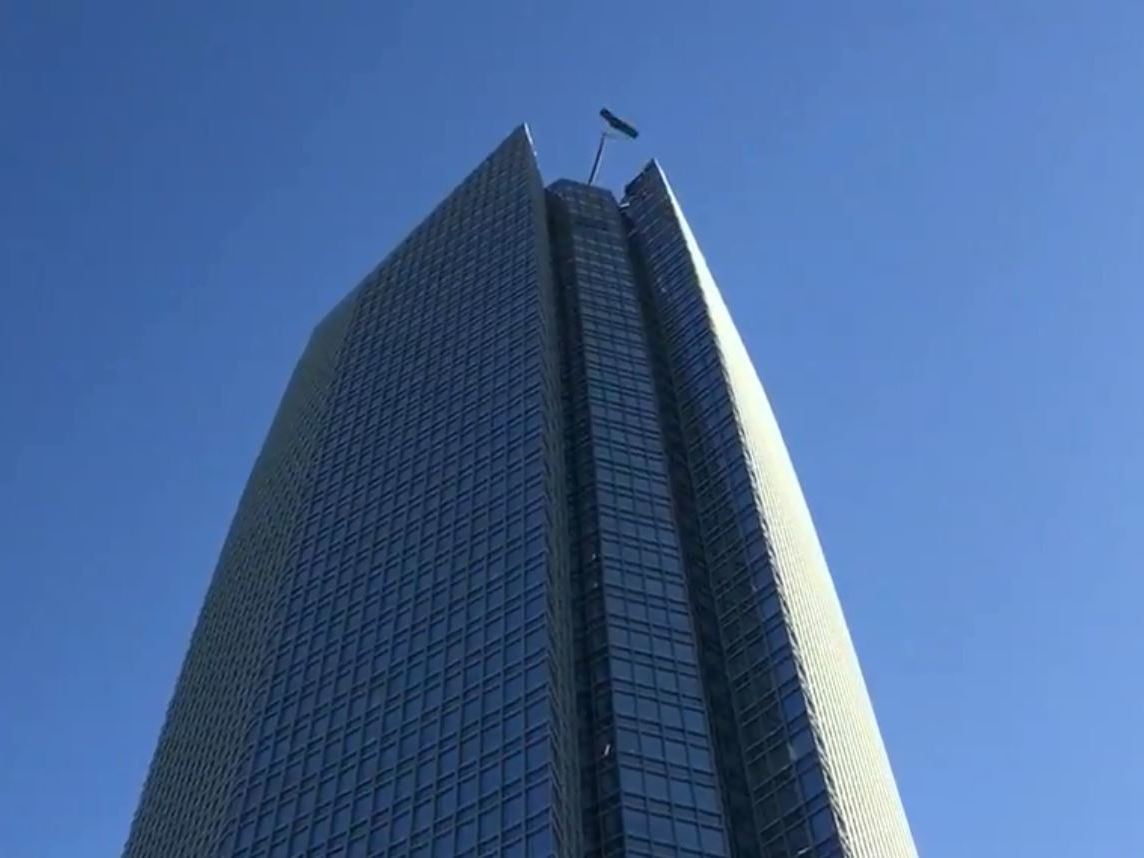 Window Washers Rescued From Basket 'Swinging Violently' Atop Oklahoma Skyscraper