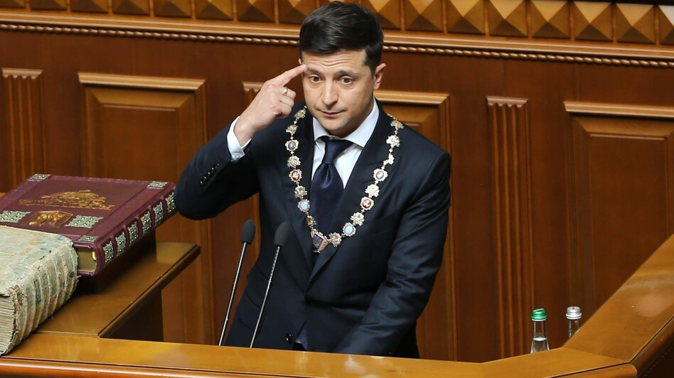 New Ukrainian President Volodymyr Zelenskiy took his  oath of office and delivered an inaugural speech in which he announced the dissolution of parliament in Kiev. (Anadolu Agency/Getty Images)