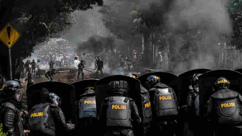 6 Die In Jakarta Riots After President Joko Widodo's Election Win Is Confirmed