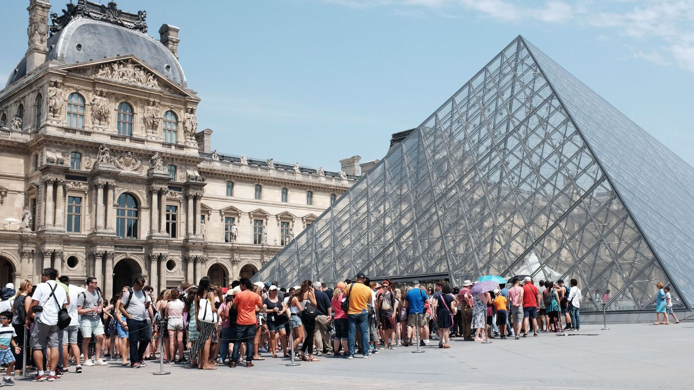 Louvre Workers Strike Citing Unprecedented Deterioration Amid